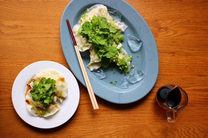 冷製水餃子にはパクチーをたっぷりのせて。水餃子は焼き餃子よりもカロリーオフなのでおすすめです。 お酒もご飯も進むおしゃれ餃子はとっても簡単レシピなのですぐ真似できますよ。
