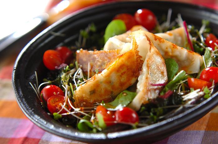 メイン料理の前に食べたいサラダにも焼き餃子を合わせて。野菜や海藻と一緒に食べるので、罪悪感なく餃子を食べれるのが嬉しいですね。 色合いもいいので食卓を華やかにしてくれるでしょう。