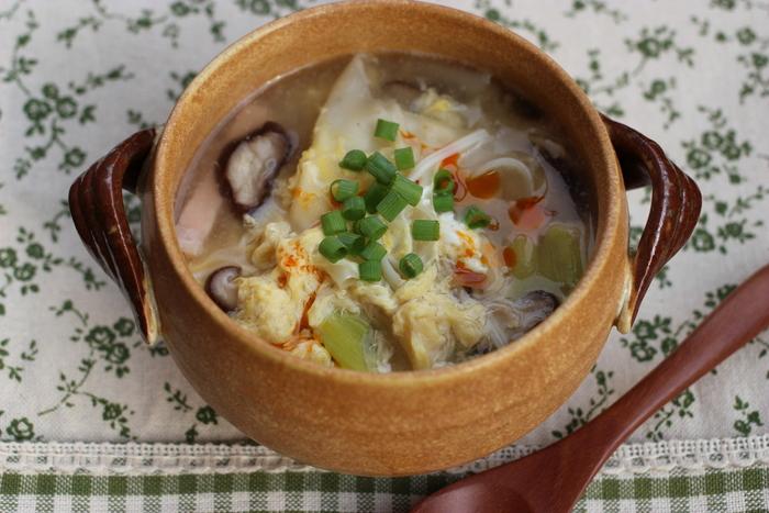 余った餃子の皮を活用した心も体も温まる具沢山スープ。おうちに残った野菜やきのこをふんだんに使えば、栄養満点のスープが楽しめます。 餃子の皮が入ることで、お腹もしっかり満たされますね。