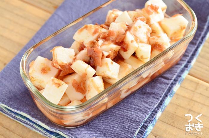 シャキシャキ食感が楽しい山芋は梅とおかかで和えればあっと言う間におつまみに大変身。赤と白のコントラストも綺麗なので小鉢に盛っておもてなしや箸休めにも使える一品です。