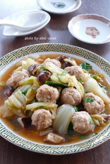 トロトロでこくうまの白菜と鶏団子の中華煮込み。白菜は和洋中なんでも合わせやすく煮込んでしまうとかさも減るので、一人暮らしの方も丸ごと買って損はない食材です。旨味も染み込みやすいので、白菜を大量に入れてコトコト煮込んで旨味を吸わせていただきましょう。