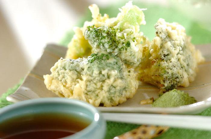 ブロッコリーは茹でて頂くものという概念を覆した美味しさのブロッコリーの天ぷら。切り分けたら衣をつけて揚げるだけで完成なので手間いらずです。白菜と鶏団子の中華煮込みに合わせて頂くときは天つゆではなくお塩でいただくと美味!新しいブロッコリーの食べ方を是非体験してみてくださいね。
