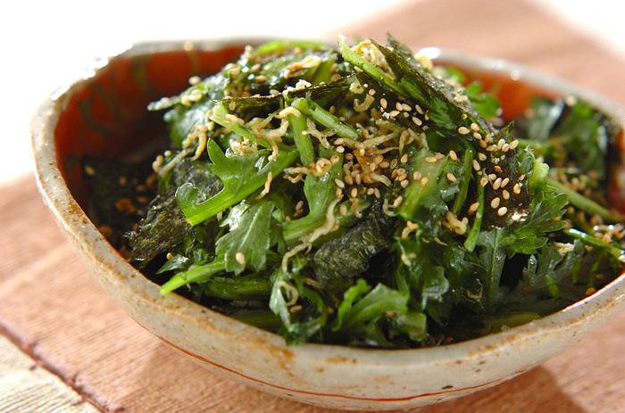 生で食べるとクセになる春菊のサラダ。こちらはジャコと海苔をごま油ベースで和えたもの。ゴマをたっぷりかけて中華の箸休めとしていただいてみてくださいね。