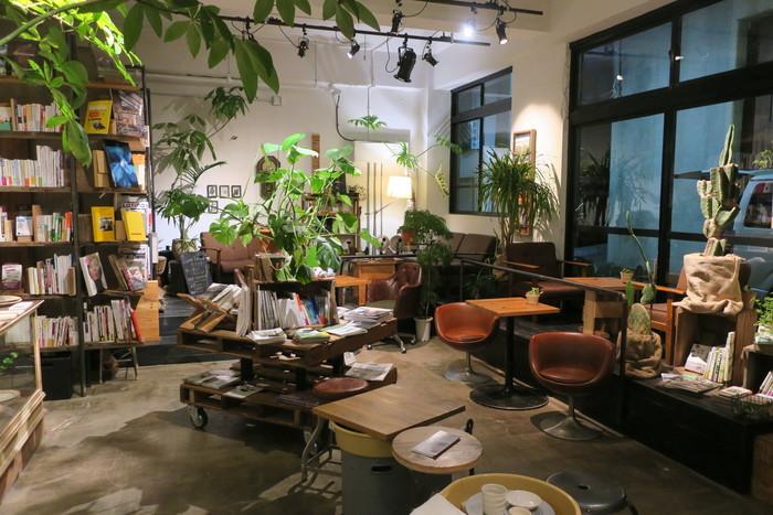 書籍と植物の鉢が混然一体となった店内。リノベの名人たちが手掛けただけに、書棚にもディスプレイ台にも工夫が凝らされ、くつろげる空間を構成しています。ここで、折に触れてワークショップやライブやフィルムの上映会なども開催されています。