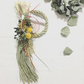 洋風のおうちの玄関に素敵に映えそうな、ナチュラルなしめ飾り。流れる稲穂がとっても華やかです。