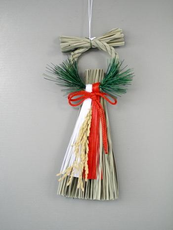 また、しめ縄を輪にして紙垂のみを飾った『輪じめ』というしめ飾りもあり、飾りがたくさんついているからしめ飾りというわけではないようです。