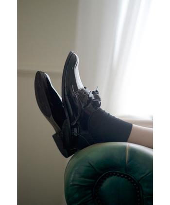 艶やかに輝く『エナメルシューズ』は、シンプルなスタイルを足元からキリリと引き締めてくれます。もちろんフォーマルな場でも使用することができるので、着こなしの幅は自由自在!