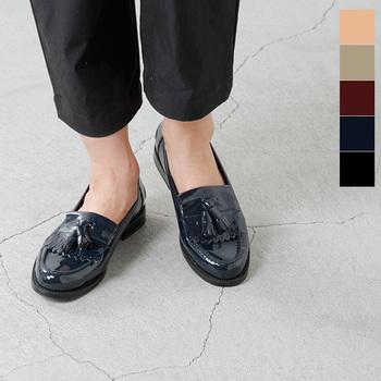 艶やかな光沢感がきれいなエナメル素材のタッセルローファー。クラシカルな雰囲気と可愛らしさを兼ね備え、パンツにもスカートにもぴったりです。