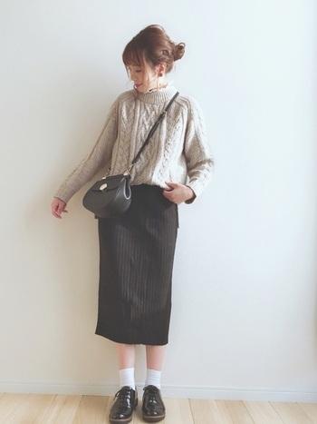もこもこニットにタイトスカートのやわらかな印象のファッション。ころんとボリュームのあるエナメルシューズが可愛らしくて素敵。
