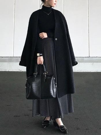 ブラックで統一したワントーンコーデに、エナメルシューズが凛とした美しさをプラスしてくれています。シンプルだからこそ、エナメルの艶やかな上品さが際立つコーディネート。