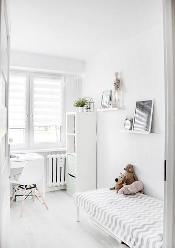白を基調とした子供部屋に合わせて、白×グレーのベッドメイキング。片隅にぬいぐるみをまとめて、おしゃれなお部屋に子供らしさをプラス。
