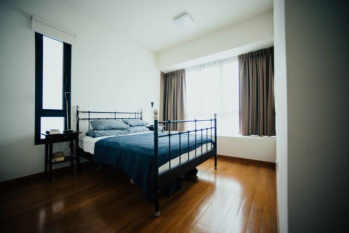 シックで落ち着いたお部屋には、グレー×ネイビーのリネンでベッドメイキング。ブルー系のグラデーションが、ゆったりと静かな眠りを誘いそう。