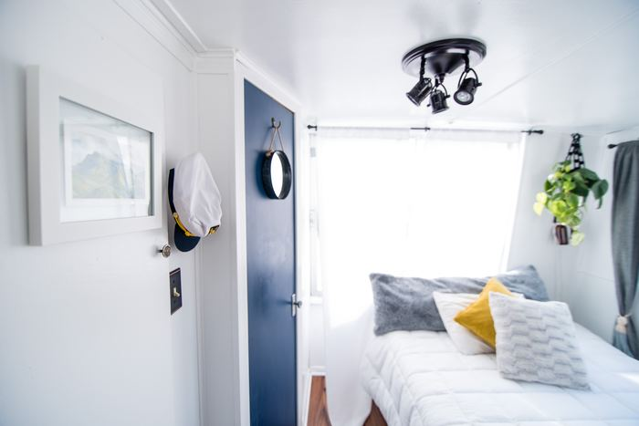白いシーツに、枕で遊び心を加えたベッドメイキング。マリンテイストのお部屋とよく合う、アクセント枕のイエローが爽やかで素敵ですね。