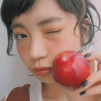 潤いたっぷりのツヤツヤリップは、ぷるんとした唇が可愛らしく女性らしい印象に。