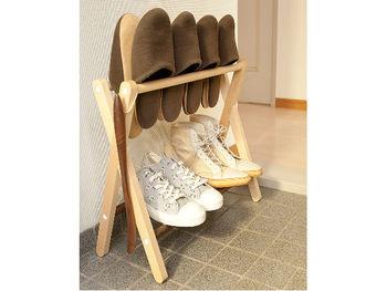 靴箱がない玄関や来客時にも活躍してくれるスリッパ&シューラック。散らかりがちな狭い玄関もすっきり。