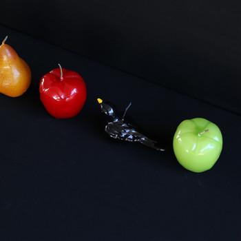 ツヤっとしたリンゴや黒鳥の蝋燭。リンゴや洋ナシは本物と同じくらいの大きさと色合い。へたの部分がキャンドルの芯になっています。 空間に華やぎを演出するインテリアとして飾っても素敵。火を灯すと一段と美しく、冬の夜のお楽しみになるアイテムです。