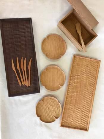 高塚さんは壁掛け棚以外にも、食器や家具を数多く製作しています。1点1点に温かさや優しさを感じる作品をみていきましょう。
