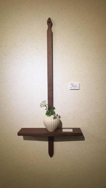 8年ほど前までは家具製作が主だった木工房玄。 そんな中で、まだ使えるのに余ってしまう廃材を生かす方法は何かないかと考えていた時に、『かべかけ棚』は生まれました。  シンプルで単純な十字架に似たデザインは、お花などを飾るのに適していて、インテリアにも自然と馴染む壁掛け棚に仕上げりました。