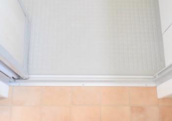 数時間置いたら、排水してブラシでこするとキレイになります。徹底掃除をした後は、入浴後の換気扇使用などでキレイをキープしましょう。