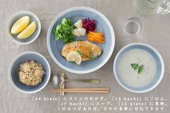 使いやすさに定評のあるイイホシユミコさんのプレート。青みがかったマットグレーと白フチがお料理をカフェのようなおしゃれな雰囲気にします。