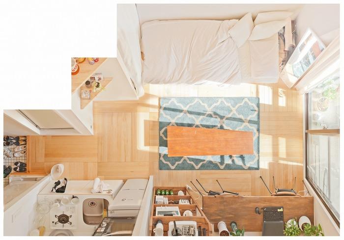 6畳というコンパクトなお部屋を広く見せるには、お部屋に入ったときに視線が抜けることと、まっすぐの動線を確保することです。ベッドはお部屋の長い壁側に配置し、ベランダへ出入りする窓を遮らないようにします。窓からの光を存分に取り込み、お部屋の中がより明るく広く感じられるレイアウトです。