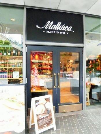 """2015年のオープン時、""""スペイン王室御用達の店が日本に初出店""""と話題になりました。スペインの食を揃えたカフェとデリカテッセンの店ですが、カジュアルな親しみやすさが身上。  東急田園都市線/大井町線・二子玉川駅から歩いて4~5分。二子玉川ライズS.C.のテラスマーケット2階にあります。"""