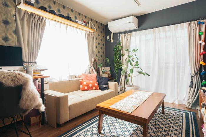 1LDKのお部屋は、1Kやワンルームと違って、リビングと寝室をゆったりと使うことができるのが魅力です。生活動線はスムーズか、ソファの位置は視線が抜ける位置にあるか、動作に必要なスペースはとれているか。レイアウトの基本はすでにご紹介したとおりです。このほか、床面が多く見えるよう脚付きの家具にしたり、インテリアの色味を統一したりすれば、さらに広く見せることができます。