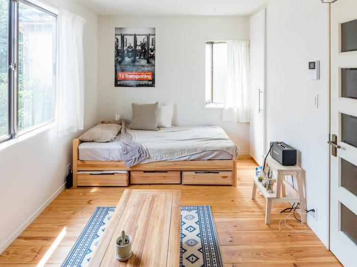 6畳のお部屋は長方形が一般的で、ベッドのような大きい家具をどのように置くかをまず決めます。ラグを敷いてゆったりとくつろぎたい、一人用のソファを置きたいといった場合は、ベッドを短い壁側にレイアウトしましょう。お部屋の中央にまとまったスペースがとれ、広く使うことができます。