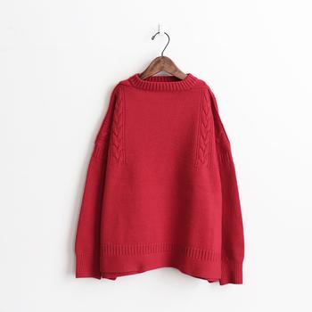 首元が詰まったデザインは、メンズライクな秋冬ニットならでは。首元まで暖かく、カジュアルに着こなせます。