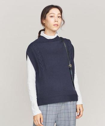 編み模様が個性的なベストは、オリジナリティがありながらも定番の形で、着回しやすいデザインです。