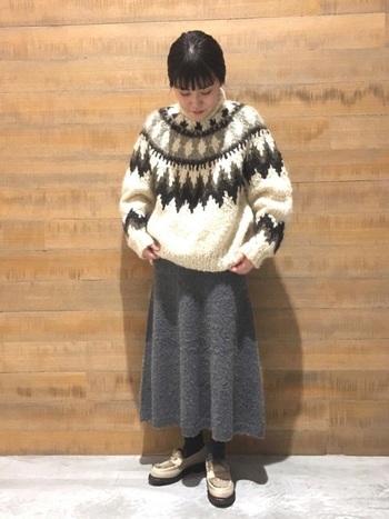 手編みで作られた贅沢な一着。定番のノルディック柄は、冬に大活躍します。