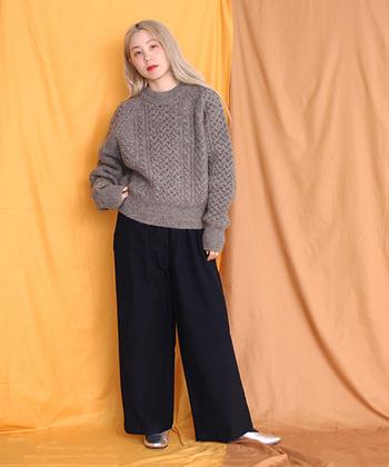ストンとしたシルエットのパンツに、ざっくり編まれたニットを合わせて。シンプルなのに、おしゃれに見える組み合わせです。