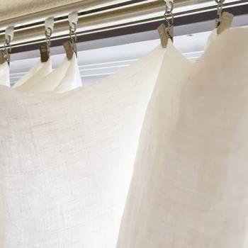 カーテンを丸洗いする場合、ジャバラ状に折りたたんでネットに入れてから洗濯機に入れましょう。丸めて放り込むだけだと全体にシワがついてしまいます。洗い終わったらそのままカーテンレールに吊るせばOK。濡れているうちに手で軽く叩いてシワを伸ばしながら干してください。