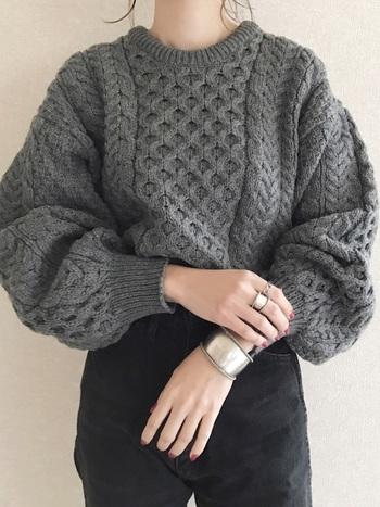 アラン編みなど、ちょっぴりレトロで伝統的な編み目が特徴の秋冬ニット。無地でも、編み目がアクセントになります。