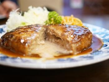 お肉の味がダイレクトに伝わるハンバーグが大人気!ふわっとした食感で、懐かしい味が好評です。