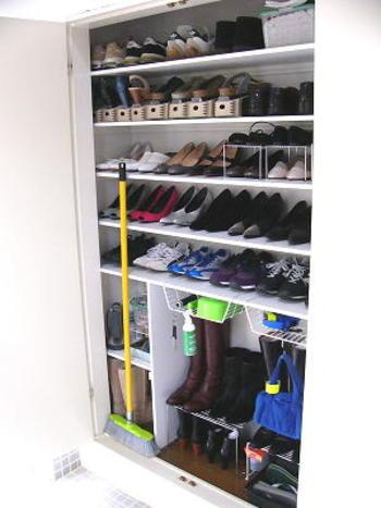 靴は一度すべて出して、靴箱内の砂やホコリを吸い取ります。相当汚れていない限り、掃除は水拭きでOK。隅々まで拭いたら、完全に乾燥するまでそのままドアを開けておきましょう。 靴を元に戻したら粉の重曹をこぼれないような器に入れて靴箱の下段に置いておくと、防臭・防湿効果を期待できます。