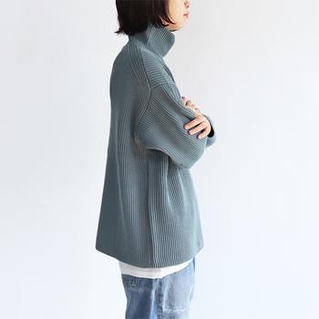 素材からデザインまで考え抜かれた『オーラリー』のニット。ゆったりとしたシルエットで、デニムやコートなどとも相性ぴったり。