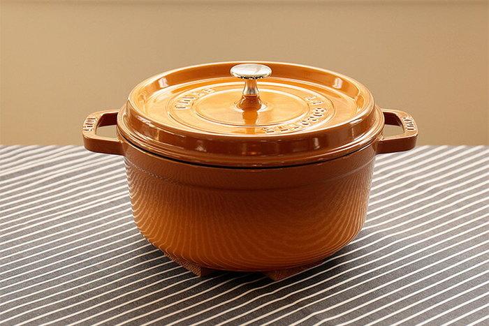 鮮やかなカラーと魅力的なデザイン、そして機能性の高さで人気のSTAUB(ストウブ)の鍋。