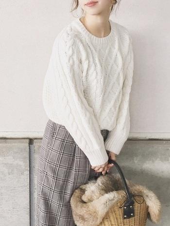 メンズライクな秋冬ニットは、シンプルで飽きのこないデザイン。パンツでもスカートでも、さまざまなボトムスと合わせることができるんです。
