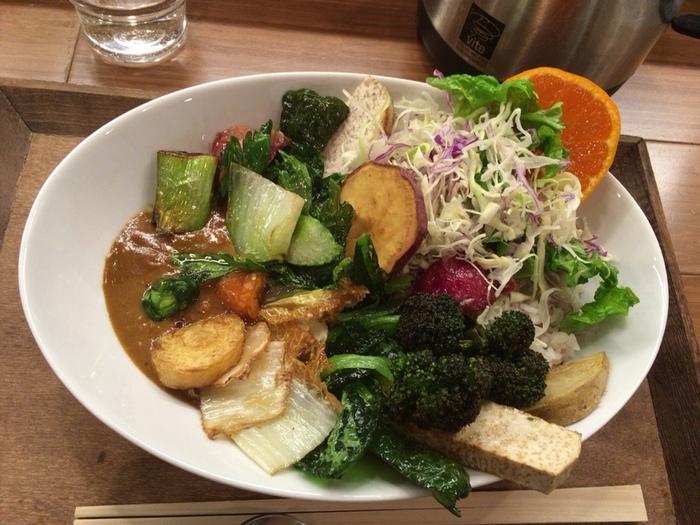 ライスがほとんど見えない野菜てんこ盛りのカレーはインスタ映えも抜群です!