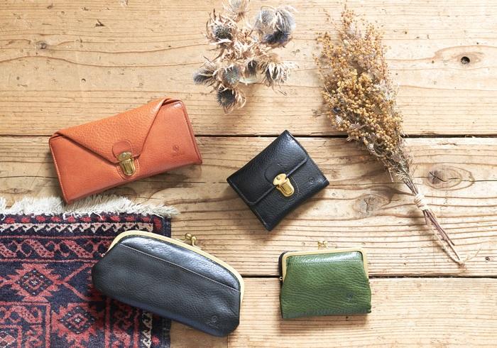 オイルシュリンクの牛革を使用した財布も、フォルナの人気アイテム。 財布もバケツ型バッグ同様、見た目以上の使いやすさがポイント。 数あるフォルナの財布のラインナップから、特に人気の2点を紹介します。