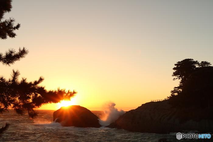 堂ヶ島エリアは、夕日の美しさも魅力。冬独特の荒々しい波しぶきの迫力と、波音にしばし耳を澄ませてみませんか?
