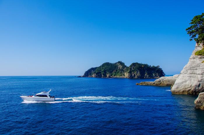 遊覧船はいくつかコースがあるので、西伊豆の海を楽しむことができます。冬の青空と海のコントラストが美しく、とても気持ちが良いんですよ。
