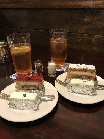 左:さくらんぼのゼリーとチーズムースに挟まれたサワーチェリーにリキュールが香る『スリーズフロマージュブラン』と。 右:いちごが挟まれた『ミルフィーユ』と。