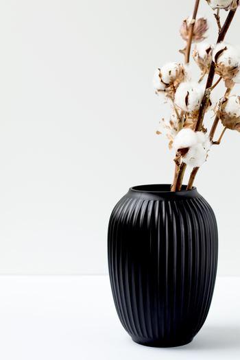 枝物として花瓶に活けたり、壁に吊るして飾ったり、おしゃれなアレンジメントを手作りしてみたり。 コットンフラワーの様々なディスプレイを楽しみながら、冬のインテリアをおしゃれに演出してみませんか?