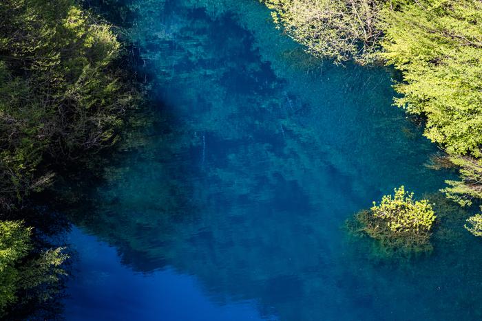 光の加減や時間帯によって、同じ日でも何度も変わる水の色。湖の周りを散策するなら、ときどき湖面に目を向けてみてください。さっきとは違った表情を見せるので、なんとも不思議です。
