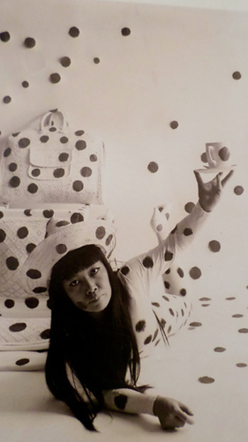 """国内のみならず世界中で知られる日本のアーティスト・草間 彌生さん。1957年にニューヨークに渡った際は、ハプニングという過激なパフォーマンスで注目を浴び、1960年代には""""前衛の女王""""とも言われていました。"""