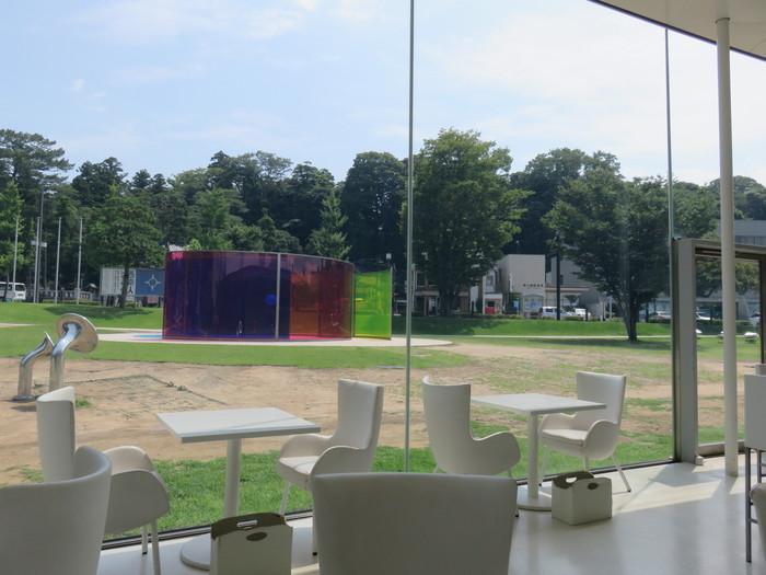 金沢21世紀美術館に併設のカフェ「Fusion21(フュージョン21)」は、白を基調としたスタイリッシュな空間で、加賀野菜など季節の地元食材を味わえます。ランチもカフェ利用も◎