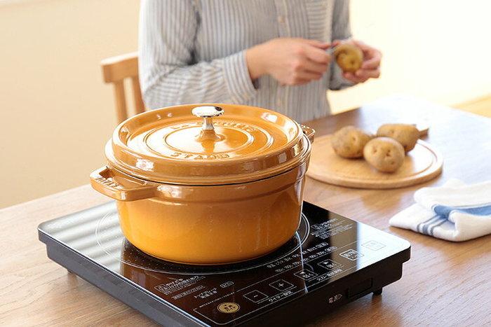 三層の加工が施された鋳物ホーロー製で熱伝導率が高いので、食材をムラなく加熱することができ、煮込み料理やシチューなど様々なお料理を美味しく仕上げてくれます。
