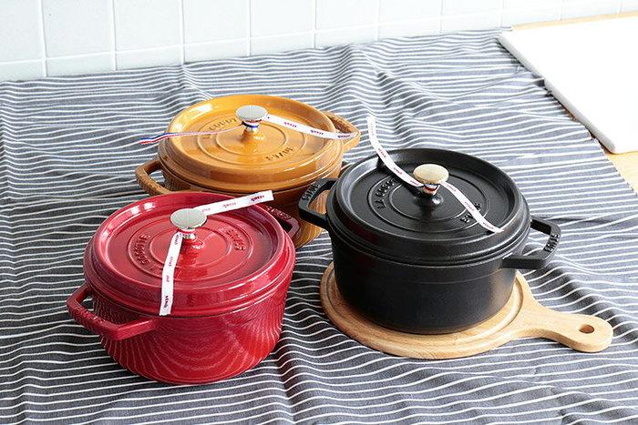 鋳物ホーロー製で熱伝導率が高く、食材をムラなく加熱してくれるSTAUBの鍋。しかもセルフ・ベイスティング・システムにより、食材本来の旨みを最大限に引き出してくれるので、お料理がプロの仕上がりのように。興味を持たれた方はリンク先をのぞいてみてください。これからは、煮込み料理やシチューから副菜、パン、パスタ、ご飯さらにデザートまで、一段と美味しく簡単に作ることができるかもしれませんよ。